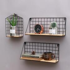 Grille de mur en métal et en bois accrochant l'étagère de support de
