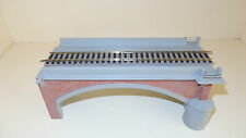 Diorama espositivo con ponte Rivarossi e binari con massicciata HO