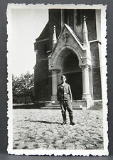 Soldat devant une église - Photo WK 2 en Album Armée de l'AIR DR WW WAR (i-1390