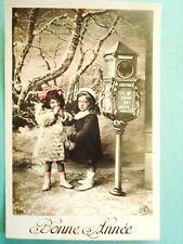 fantaisie ,jeunes enfants attendant leur courrier à la boite aux lettres