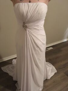 Beautiful White Wedding Gown / White/ Beaded Accents / Gown, Dress, Size 16