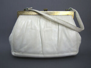 1965 OFF-WHITE SMALL LEATHER HANDBAG, TOP HANDLE, GOLD-TONE FRAME, FLIP CLASP