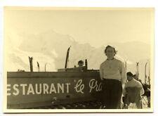 Jeune femme ski sports d'hiver restaurant  - photo ancienne an. 1950 60