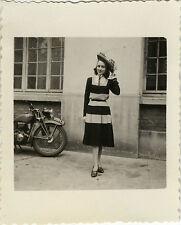 PHOTO ANCIENNE - VINTAGE SNAPSHOT - FEMME ÉLÉGANCE MODE CHAPEAU MOTO - FASHION