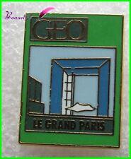 """Pin's revue """" GEO """" Le Grand Paris avec monument la défense  #2086"""