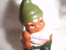 kleiner Gartenzwerg mit grüner Zipfelmütze aus Keramik handbemalt