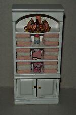 Schrank mit rosa und weißen Handtüchern und Zubehör 1:12 , Puppenstubenzubehör