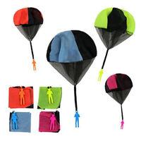 Main jetant mini soldat jouer parachute enfants jeux éducatifs en plein airBB