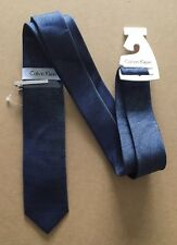 Calvin Klein da uomo Cravatta di seta nuovo con etichetta-Blu Navy con Sottili Strisce & Tie Clip -