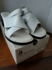 NIB Hush Puppies 8.5 EW Womens White Leather Slides Sandals Shoes Extra Wide