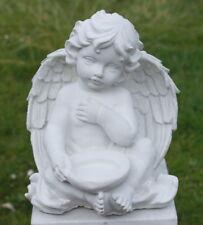 Statue ange assis tenant une coupellle en pierre reconstituée, blanche