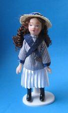 Mädchen im Matrosenkleid mit Hut Puppe für Puppenhaus Miniatur 1:12