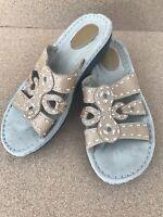 Cobbie Cuddlers Bailey 7.5 Wide Sandals Leather Slip On Beige Stitch Straps