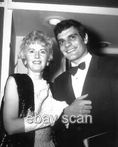 BARBARA STANWYCK OMAR SHARIF  CANDID 8X10 PHOTO