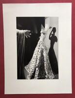 Wols, ohne Titel (Puppe mit Robe), Photographie, 1937, aus dem Nachlass