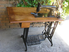 ORIGINAL VINTAGE SINGER 31K20 CAST IRON TREADLE SEWING MACHINE, WOODEN BENCH TOP
