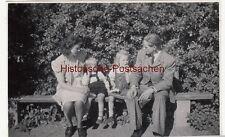 (F12570) Orig. Foto Familie Kuhnke mit Kleinkindern auf Parkbank 1946