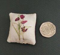 Maison de poupées échelle 1//12th Charles Rennie Mackintosh deux roses coussin Miniature