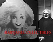 Andy Warhol Foto mit Seinen Pop Art Lackieren von Barbie Puppe (94)