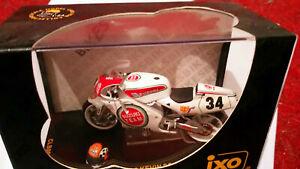 IXO Suzuki RGV 500 Team Suzuki Kevin Schwantz mit Helm 1:24