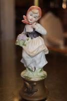 Figurine en biscuit de porcelaine à la jeune paysanne peasant porcelain
