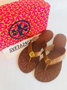 Tory Burch NIB Thora Thong Flat Sandal Tumbled Leather Gold Metal Logo Royal Tan