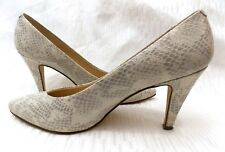 CARESSA POINTED TOE GRAY & WHITE EMBOSSED PRINT LEATHER PUMPS 3½ HEELS SZ 7½