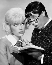 "JERRY LEWIS AND STELLA STEVENS IN ""THE NUTTY PROFESSOR"" - 8X10 PHOTO (OP-147)"