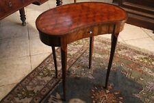 Table d'appoint marquetée forme rognon bout ou dos de canapé style Louis XV