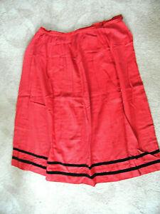 sehr alter roter Baumwoll-Trachtenrock mit schwarzem Samtband, Länge 75 cm