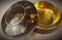 Ancien poudrier Art Déco écaillé de corne symétriquement & laiton doré incrusté