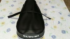 SUZUKI TS250 TS400 K/L/M/A/B 1973 TO 1977 SEAT COVER WITH STRAP White logo (ss8)