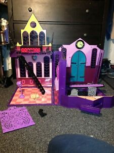 Monster High fold and go / carry high school playset