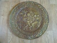 ANTIQUE BRASS WALL HANGING CHARGER PLATE - TAVERN/PUB SCENE 51 cm