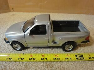 Maisto 1997 Ford F-Series 1/26 scale diecast model pickup truck.