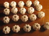 Zwanzig alte Porzellan - Knöpfe für die Puppenstube oder für den Kaufmannsladen