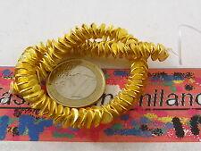 1 filo di  dischetti puntinati e piegati in ottone dorato di 6,5x1 mm