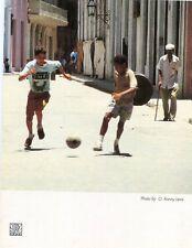CUBA HABANA LA HAVANE Muchachos en la calle Football de rue