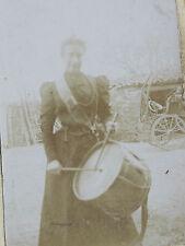 Photographie ancienne femme dans cour avec tambour vers 1890
