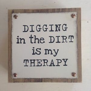 Decorative Garden Sign Wood & Metal 'DIGGING IN THE DIRT IS MY THERAPY'