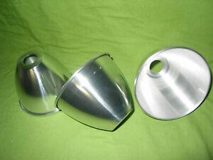 UN réflecteur abat jour aluminium polis  diam 130 mm haut 100 mm trou 28 mm