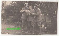 Foto 3 Soldaten studieren Zeitung IR 167 Kamionka Ermland-Masuren 1916 IWW