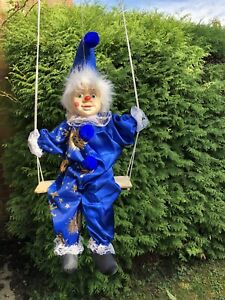 Harlekin / Clown Puppe hängend auf Schaukel , 54 cm hoch Deko