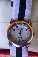 Reloj de marca Geneva Quartz, correa de tela de color blanco y negro,buen estado