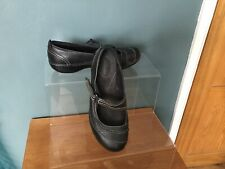 CLARKS BLACK LEATHER SHOES SIZE 6D....