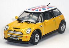 NUOVO: MINI COOPER S modello da collezione 1:28 giallo con bandiera britannica di Kinsmart
