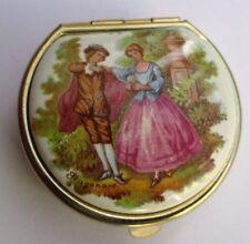 boite rétro accessoire vintage couleur or pilulier porcelaine scène galante 2432