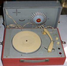 La première valise tourne-disque grand public à transistor pour surprise partie!