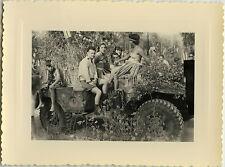 PHOTO ANCIENNE - VINTAGE SNAPSHOT -CURIOSITÉ DÉFILÉ JEEP PIN UP FLEUR FÊTE DRÔLE