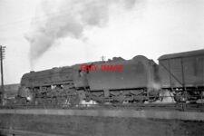 PHOTO  1959 FREIGHT HEADING NORTH AT CRICKLEWOOD EX CROSTI 9F 2-10-0 92026 HAULS